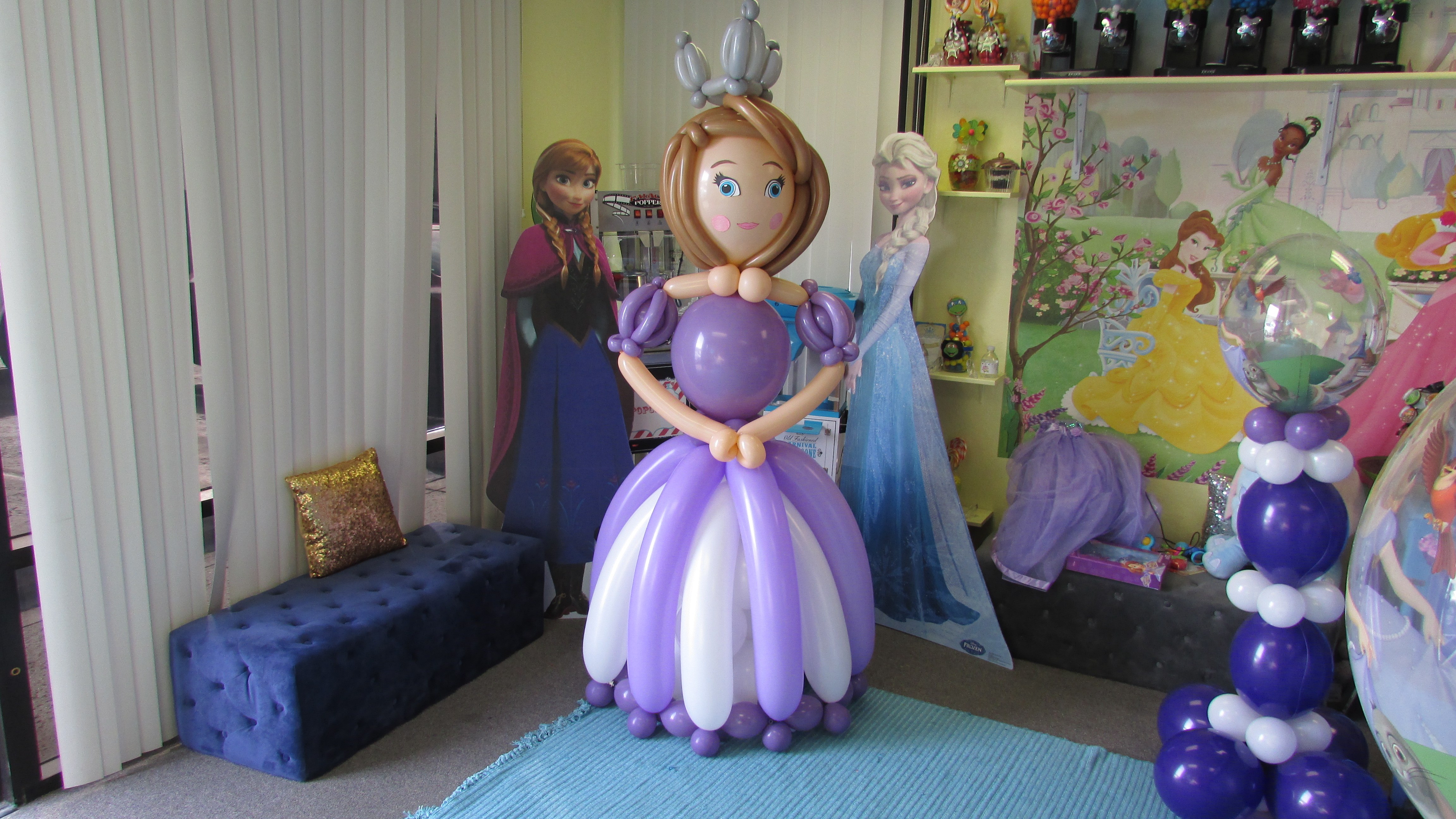 Party fiesta balloon decor 39 s balloons have such character for Balloon decoration kids party