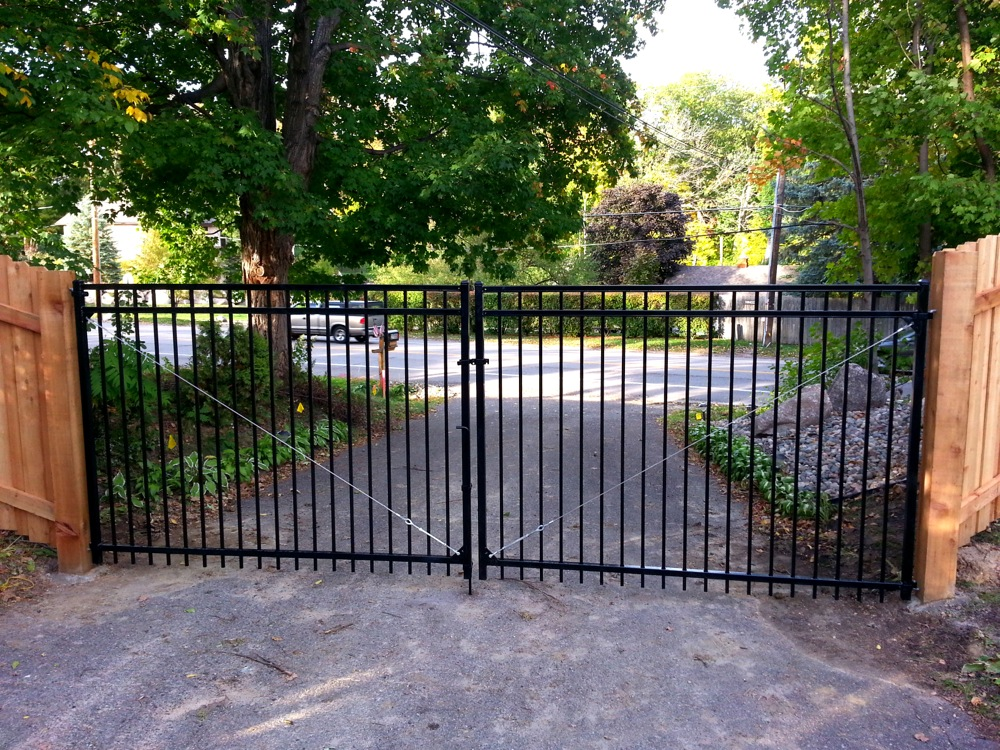 Blackbear fence explains the benefits of aluminum fencing for Aluminum driveway gates prices