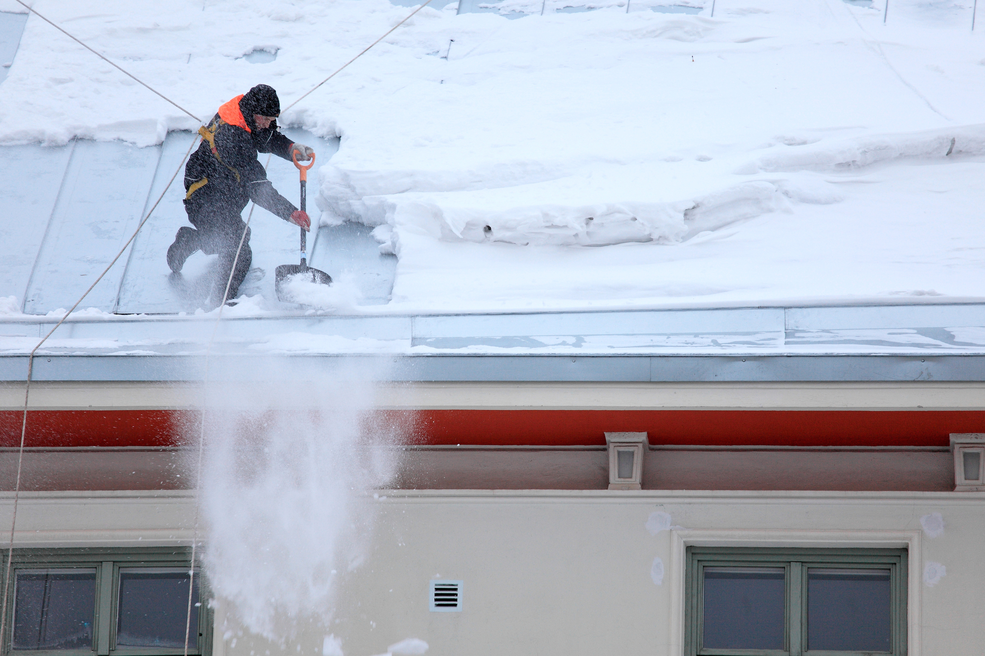 3 winter roof maintenance tips from your anchorage roofing for Roof leaking in winter