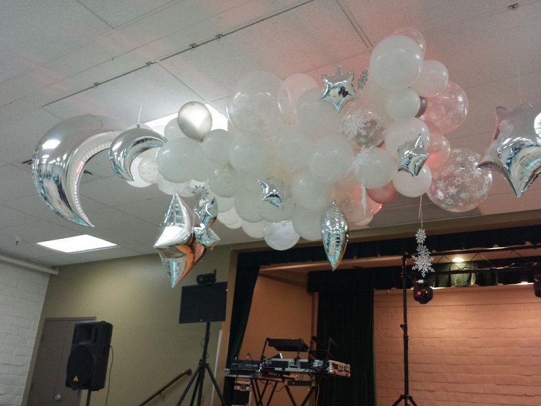 Party fiesta balloon decor your eco friendly event for Balloon cloud decoration
