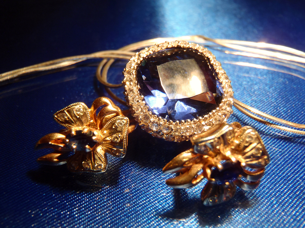 3 reasons to rent costume jewelry from vintique vintage for Vintage costume jewelry websites