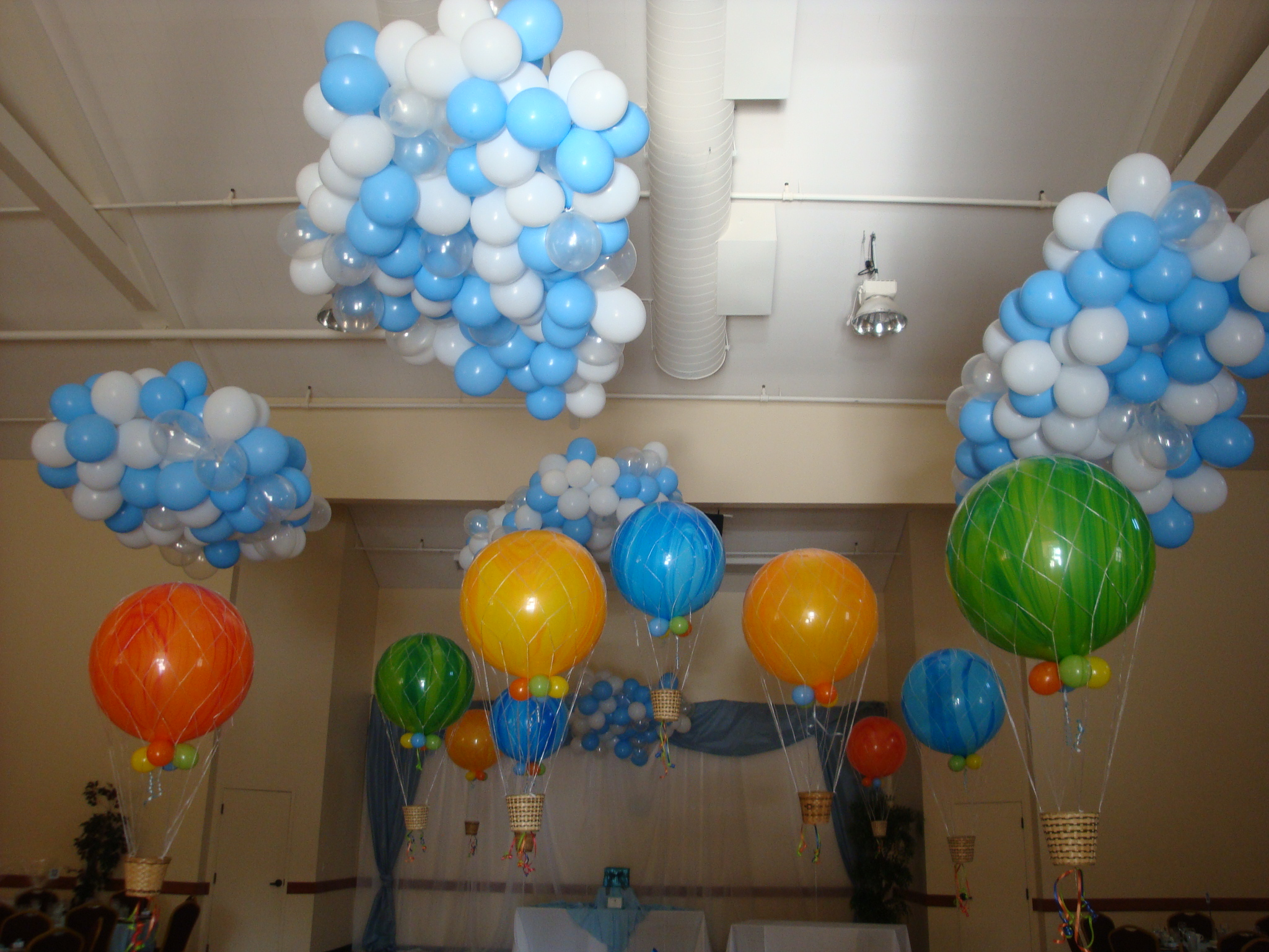 Party fiesta balloon decor your eco friendly event for Balloon decoration book