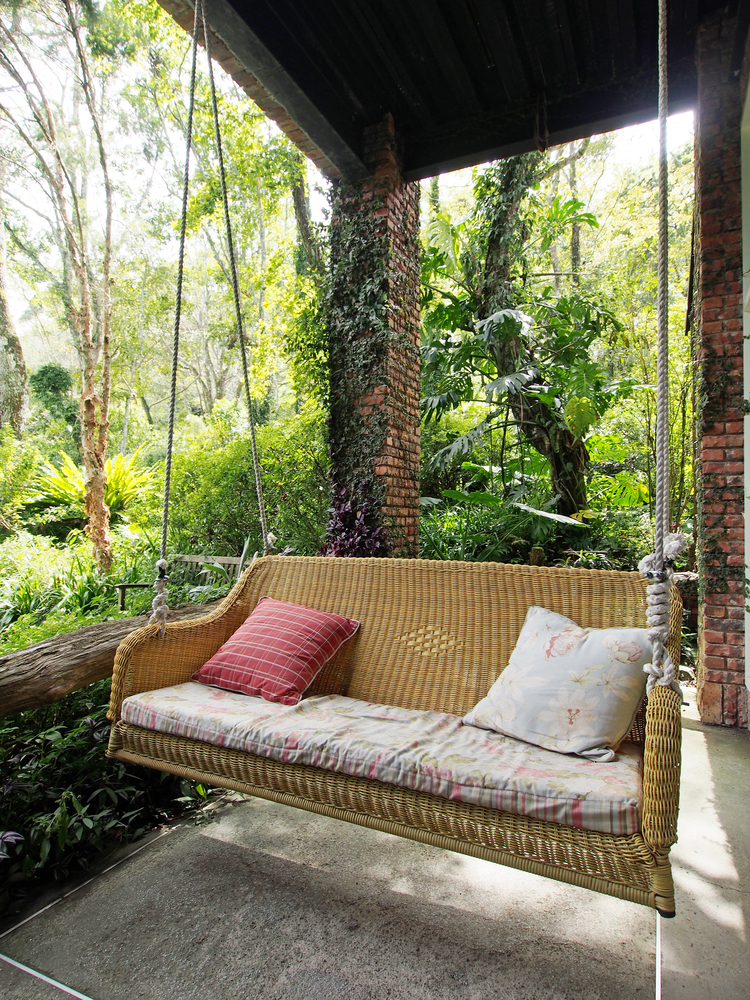 Outdoor Furniture 101 5 Tips On Buying A Porch Swing Sweetland