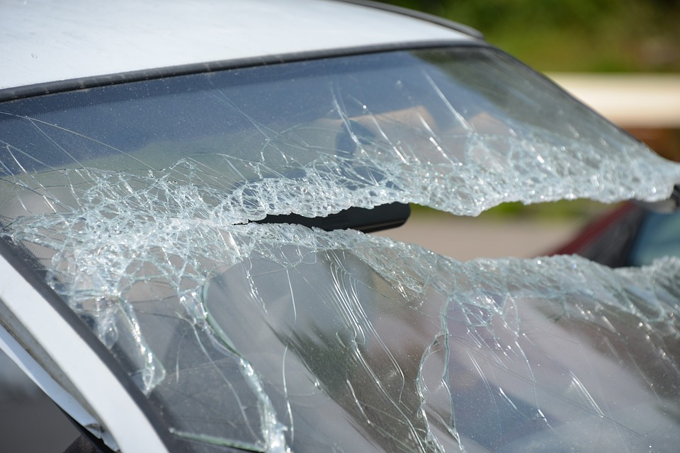 is a cracked windshield dangerous to drive
